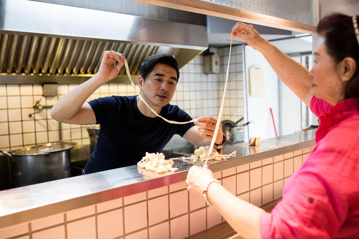 邵昕將母親易秀楓(右)的家傳牛肉麵,改良成蔥燒口味的牛肉麵。