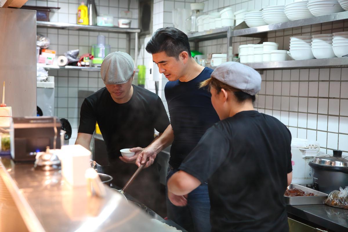 邵昕(中)與員工每日在高溫上看40度的立祥公寓廚房與後場裡穿梭忙碌。