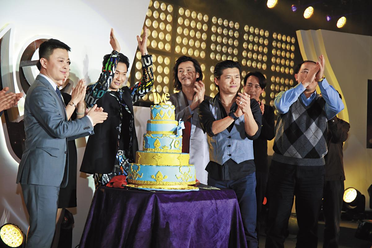 iMe去年1月在北京舉辦10週年晚宴,歌手杜德偉(左二)、楊培安(右二)與周嘉海(右一)同台切蛋糕慶祝。(iMe提供)