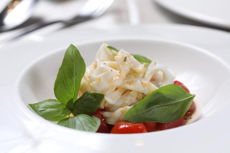 「溫熱墨魚番茄沙拉」中的墨魚,中醫認為可改善腎虛引起的腰痠腰疼、四肢麻木、經血量少等症狀。(400元/份)