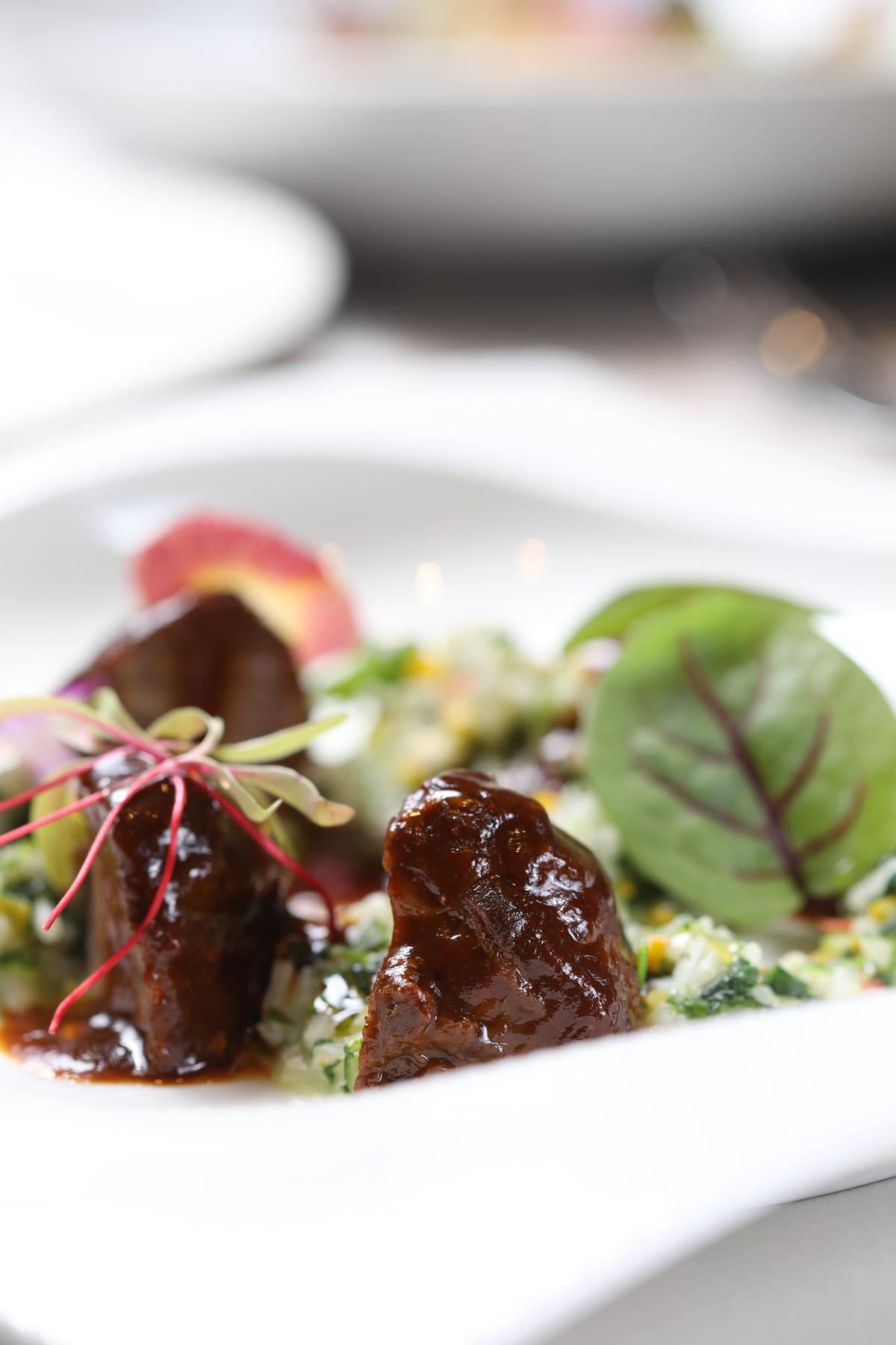 「法式燉盤克夏豬頰」選用稀有的盤克夏黑豬肉,搭配清爽的蔬菜燉飯。(320元/份)