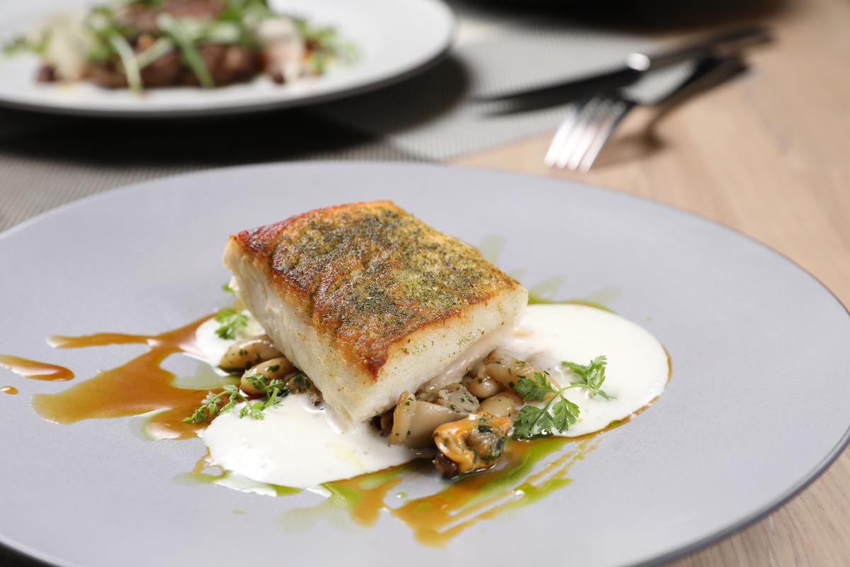 「嫩煎海鱺魚與炒淡菜佐金桔奶油與香蔥泥」酥、嫩、滑、脆、綿兼具,讓人差點忘了自己是來吃補的。(580元/份)