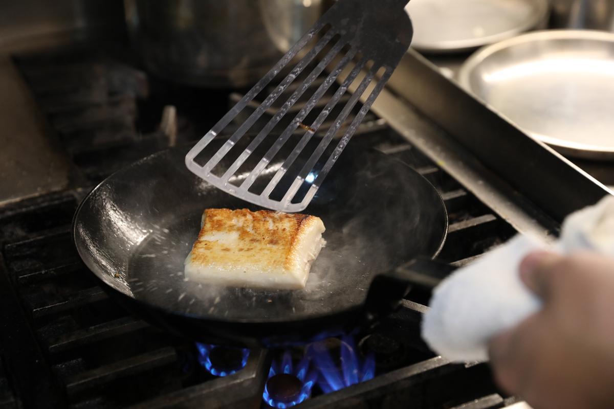 海鱺魚先以舒肥(低溫烹調)處理,大火煎香表皮後,入烤箱再烤片刻。