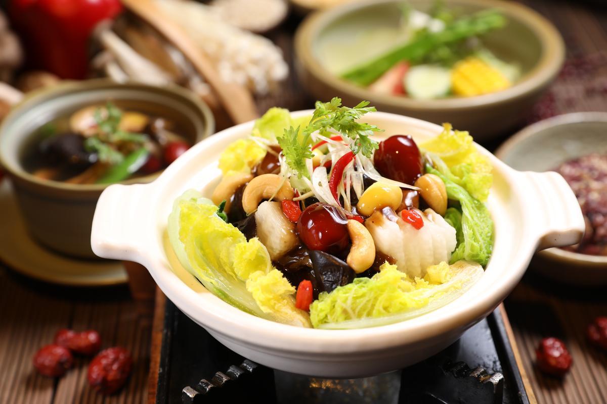 「養生蕈菇煲」用7味中藥與菇類同烹,適合想要品嚐正統藥膳的人。(580元/套餐,單點380元)