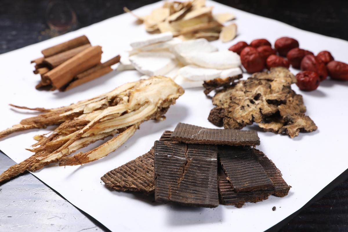 7味藥材中,杜仲補肝強筋骨,川芎、紅棗、黃耆、當歸則有行氣補血效果,山藥健脾,桂角則可溫腎。