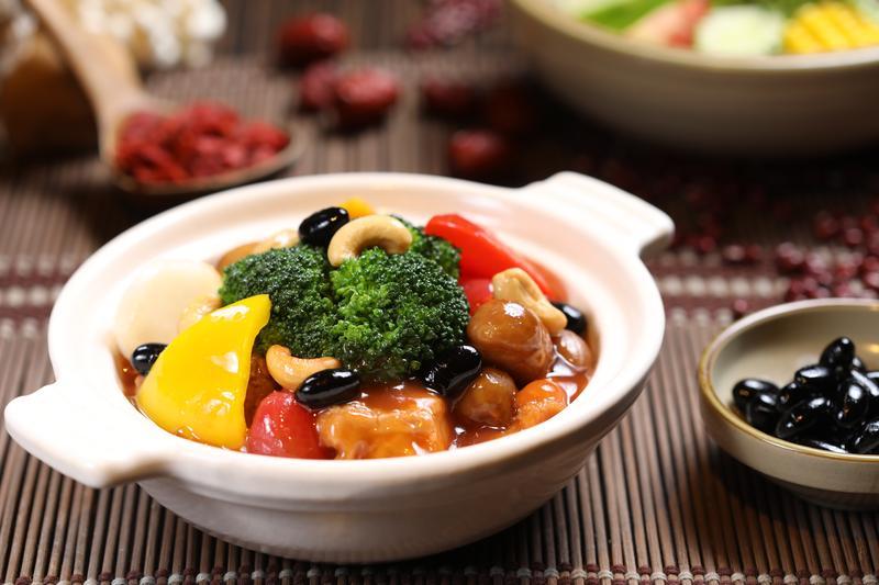中醫認為脾胃屬土,多吃黃色食材具有健脾效果,「五彩栗子燒」裡除了紅椒、青花菜、馬蹄等各色蔬菜,還有栗子、竹筍、地瓜、黃椒等黃色蔬果。(580元/套餐,單點380元)