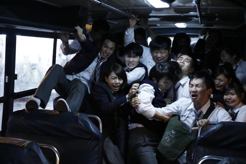 柯震東(前排左一)、宋芸樺(前排左二)、蔡昌憲(前排右二)特地為九把刀跨刀客串被怪物殺害的學生,不到5分鐘全部領便當。