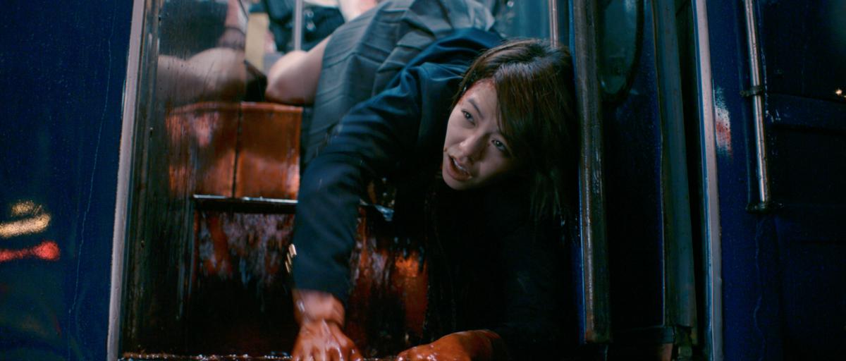 宋芸樺最後慘死在公車階梯上,她笑稱這場戲運動量超大,沒拍幾次就大爆汗。