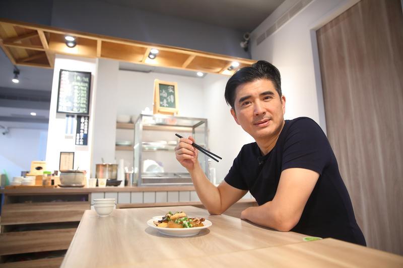 邵昕自稱對懂吃是「家學淵源」,去年10月,他以從小生長的公寓為名,在母親家傳牛肉麵的基礎上改良,開設專賣牛肉麵的立祥公寓。