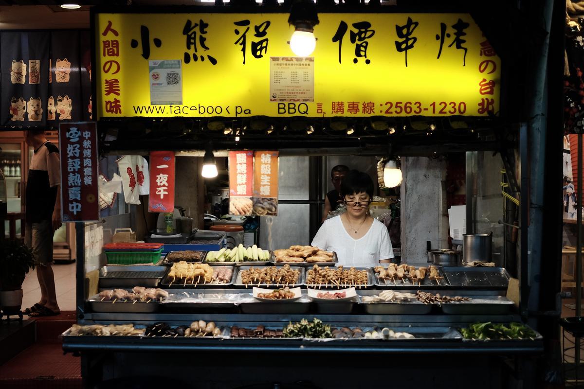 位在林森北路巷弄內的小熊貓平價串燒,是邵昕與員工下班後打牙祭的小店。