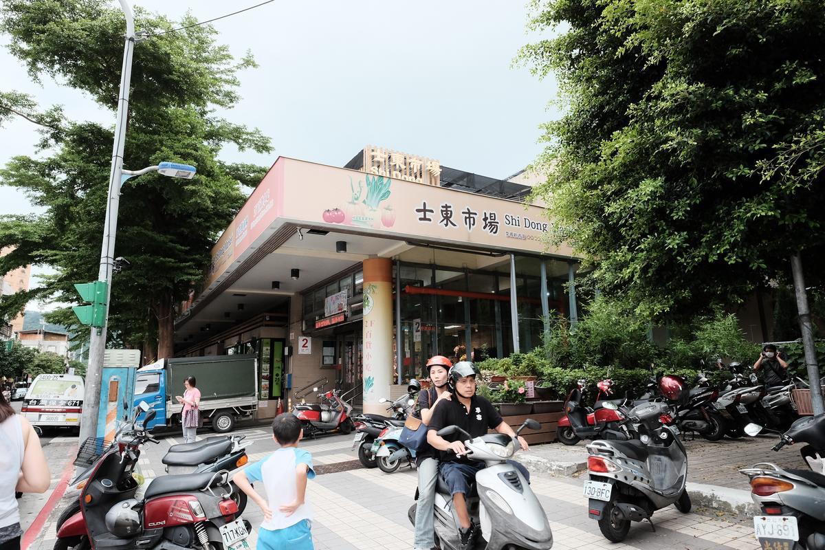 開業20年的士東市場,每日從上午7點半營業至晚上7點(二樓至晚上8點)。