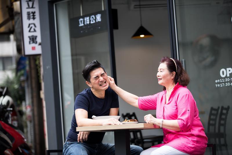 邵昕(左)與母親易秀楓(右)感情親暱,採訪時兩人不時打打鬧鬧。