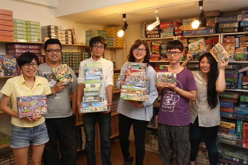 亞灣文具成立的2Plus遊戲設計工作室,是台灣第一間原創桌遊出版社;王亞灣(右三)、龔義詔(左三)、徐嘉壕(左二)是從第一年就加入的元老級成員。