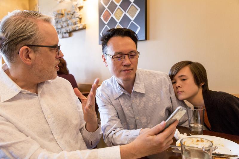 用餐時,思鐸(左)、陳愷樂(右)、陳子良(中)一家三口和樂融融談天說地。
