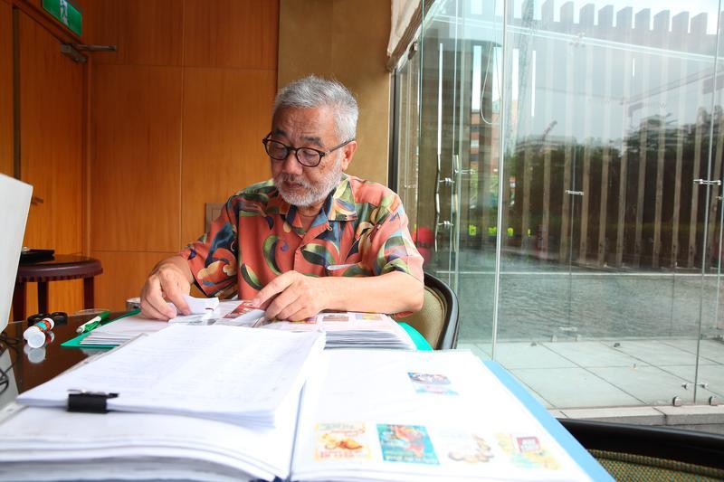 六福旅遊總裁莊秀石每天到六福皇宮一樓咖啡廳上班,蒐集報紙上的電影簡介。