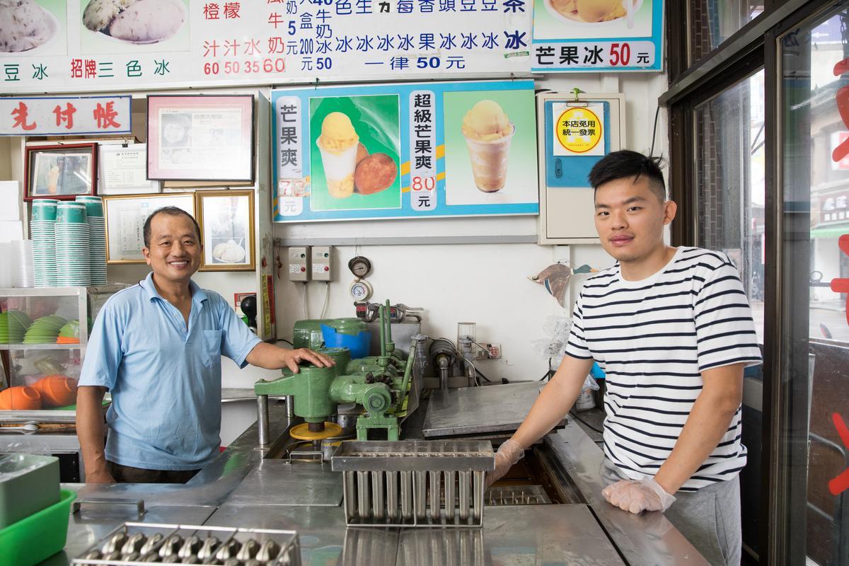 「益新冰菓室」第二代老闆吳禮芳及第三代吳智揚,分工製做三色冰及冰棒,他們住家就在店面樓上,工作就是生活。