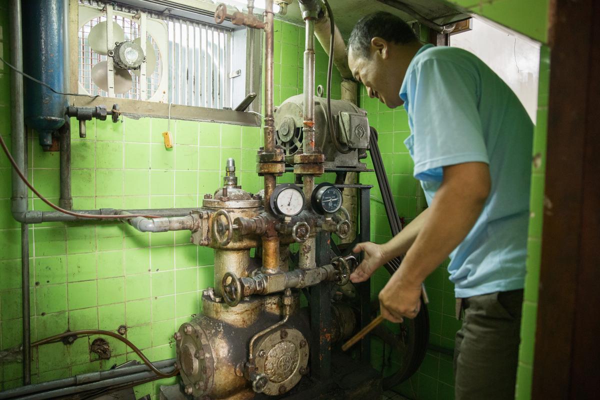 三色冰製作步驟1 :每天清晨5點,吳禮芳就要啓動這台60年使用至今的冰凝機,暖機準備一天的工作。
