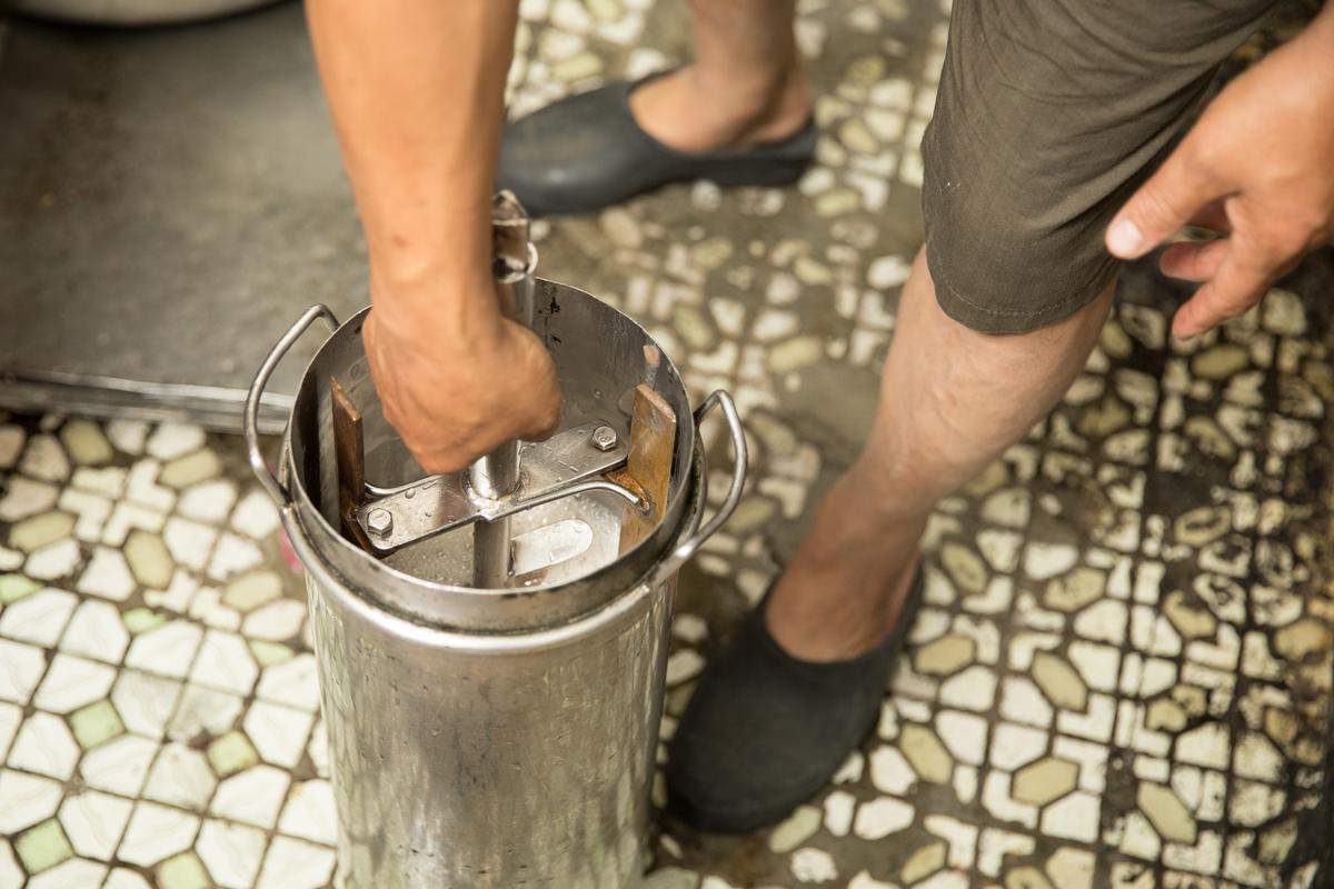 三色冰製作步驟3:插入特製規格的攪拌棒。