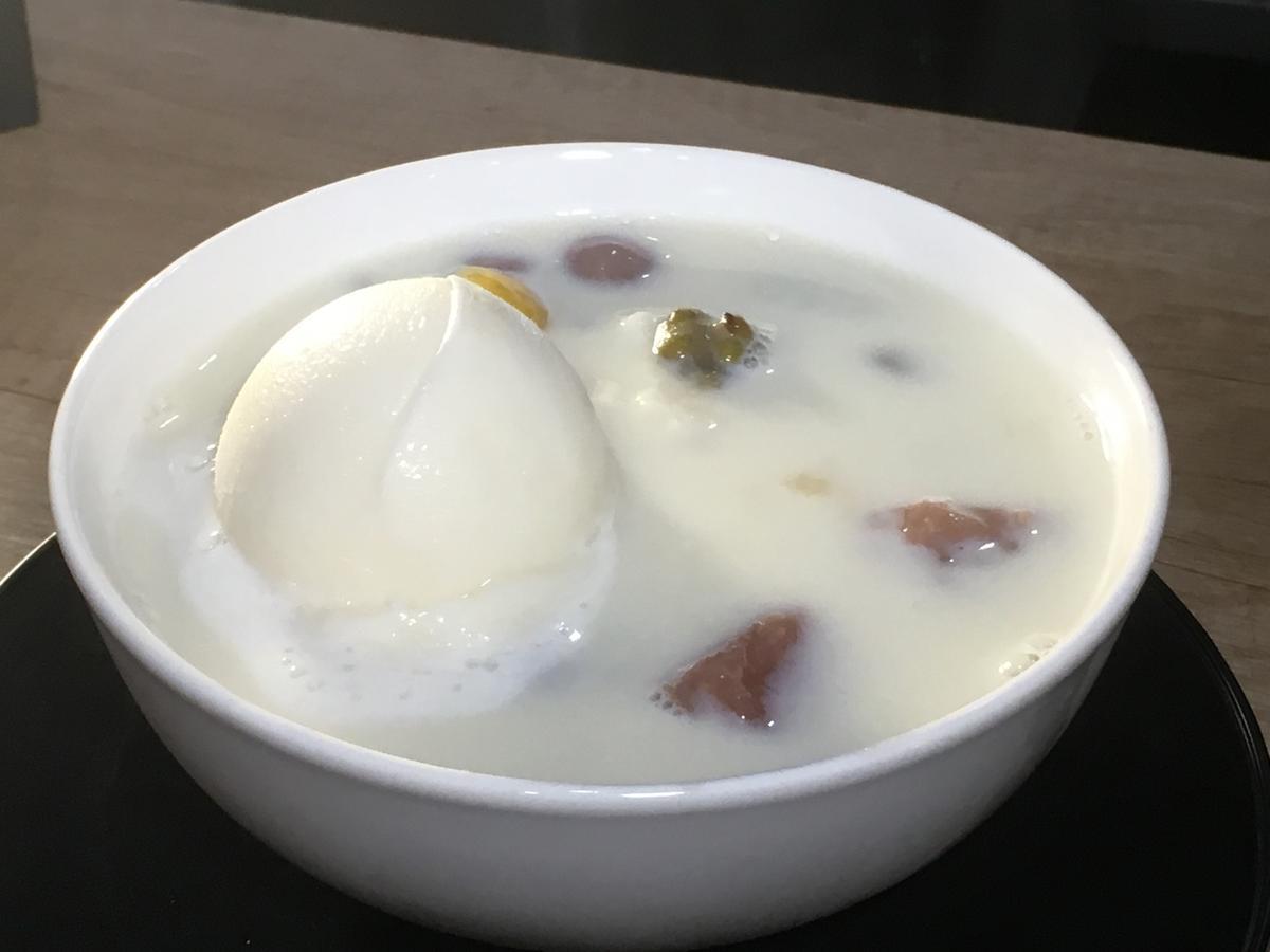 為了讓「豆漿豆花」有冰涼消暑的口感,但又不稀釋掉豆香,老闆用自製的豆漿冰淇淋取代冰塊,不只視覺上好看,融化後豆漿還是一樣濃,豆花也很滑口(45元/份)