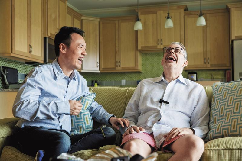 回憶起當年在芝加哥初次邂逅的甜蜜,陳子良(左)和思鐸(右)笑得樂不可支。