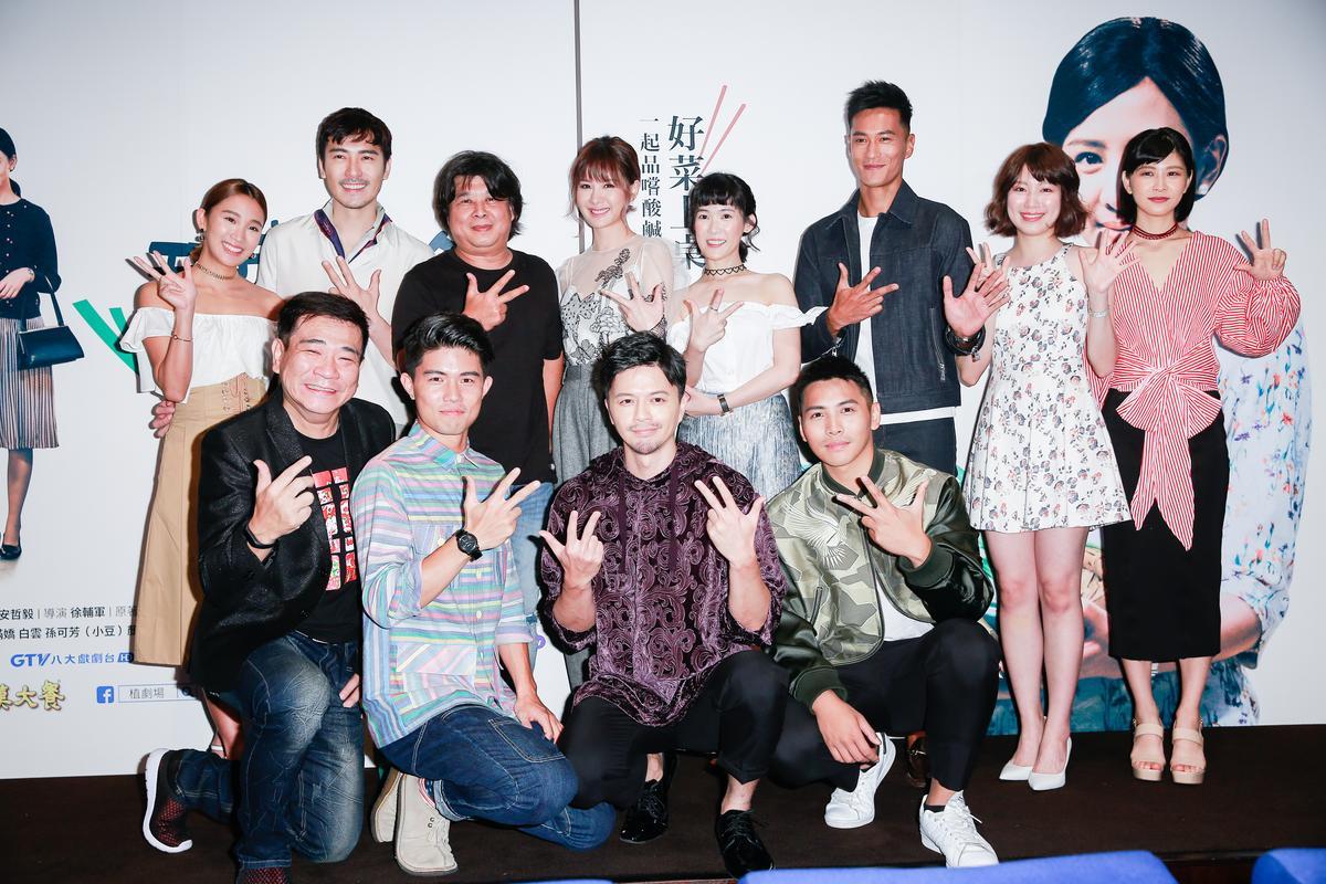 導演徐輔軍(上排左三)帶著所有演員出席造勢記者會。