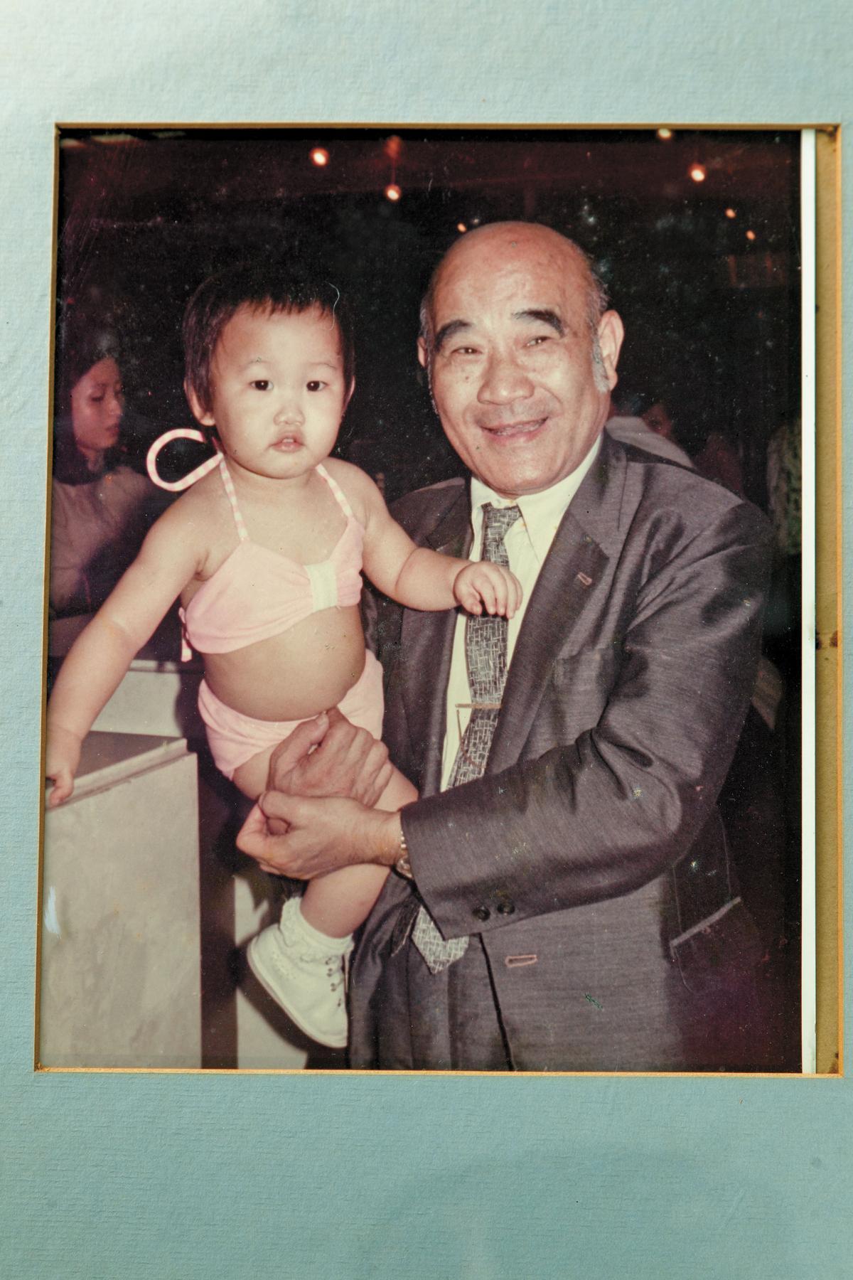 回憶起祖父莊福(右),莊豐如(左)說從小就陪祖父母住在六福客棧,兒時生活幾乎都在飯店裡度過。(六福集團提供)