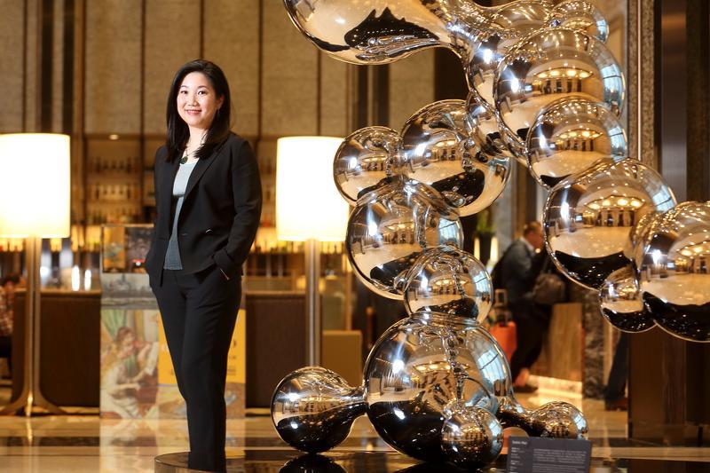 莊豐如接任籌備六福萬怡酒店時,事無大小親力親為,連飯店內擺放的藝術品都親自挑選。