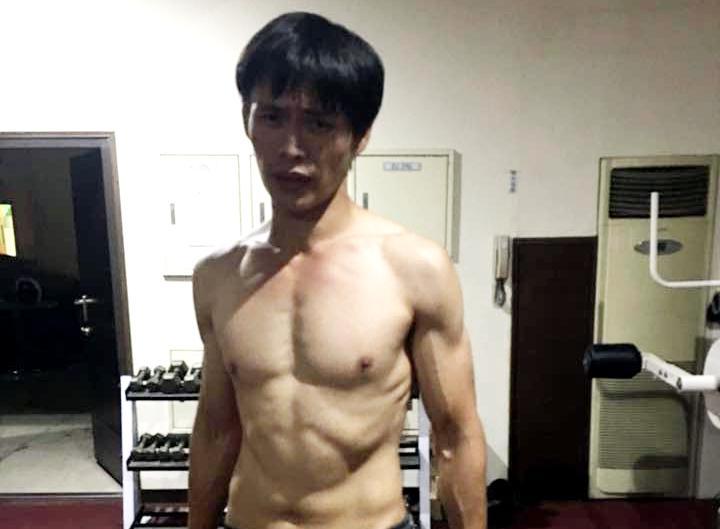 黃鐙輝曾報名參加男藝人腹肌大賽,2個月瘦了5公斤,拿下第一名。(翻攝黃鐙輝臉書)