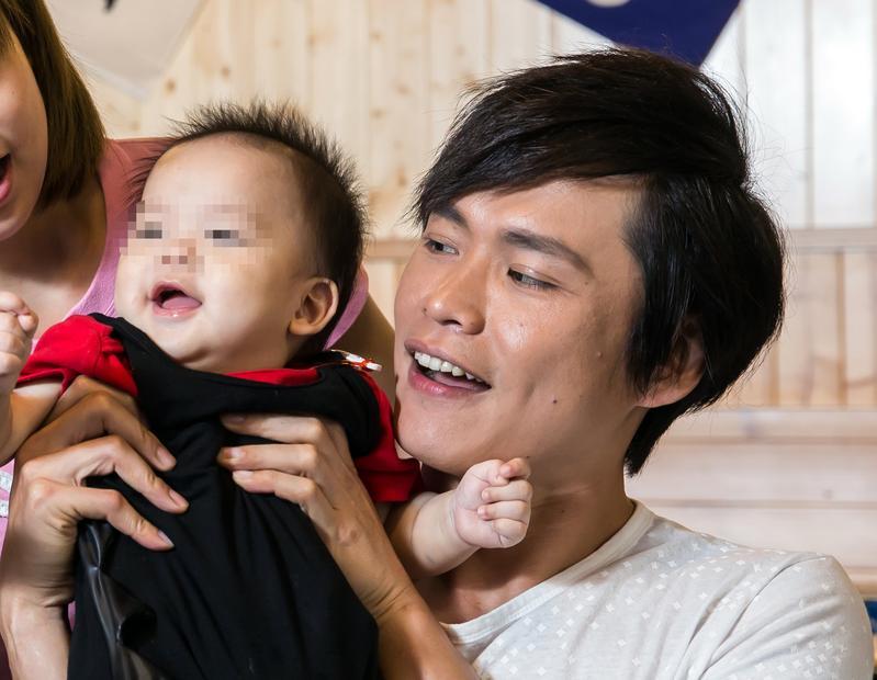 黃鐙輝衝破逆境,拓展多元事業,也贏得丈母娘萁媽的肯定,一家人和樂融融。
