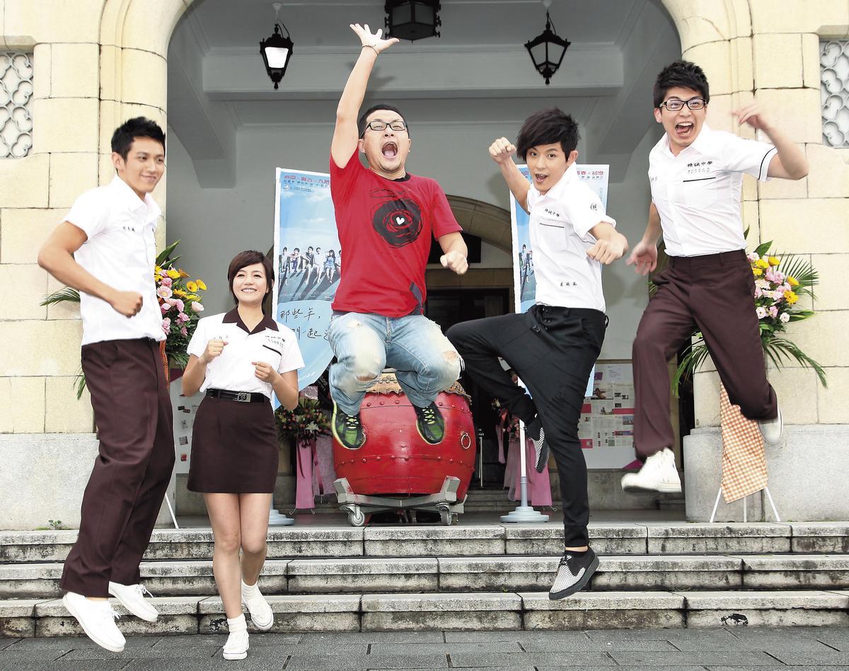 2011年《那些年,我們一起追的女孩》參加台北電影節造勢,九把刀(中)最賣力往上跳,陳妍希(左二)姿勢優美,而柯震東(左一)輕鬆以對。(福斯提供)