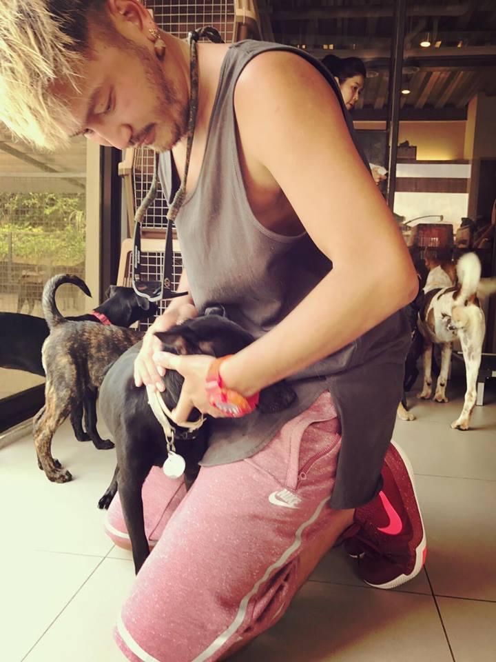 狗兒子過世,仍未走出傷痛的他,把愛轉移到沒家的毛小孩身上。