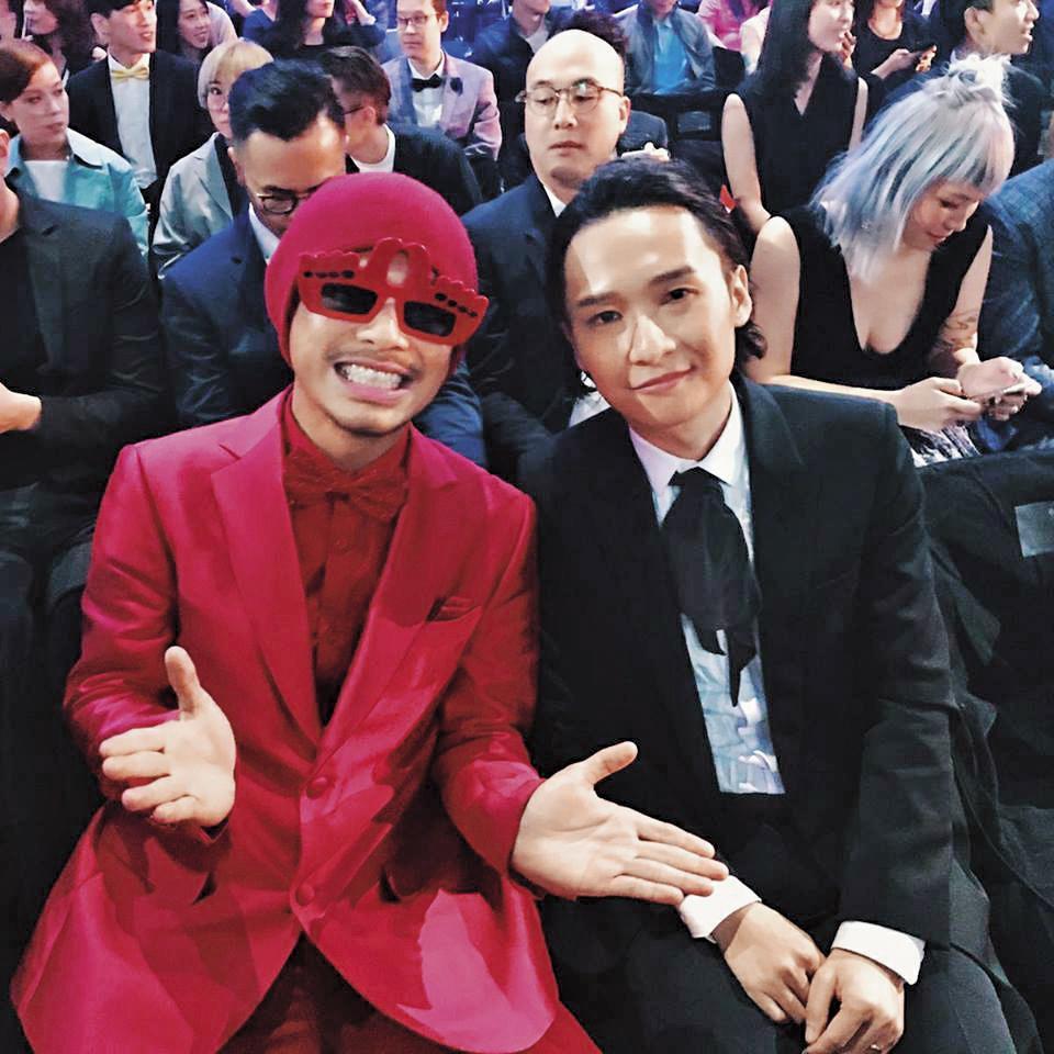 參加金曲獎時,另一個男歌手入圍者黃明志合照。