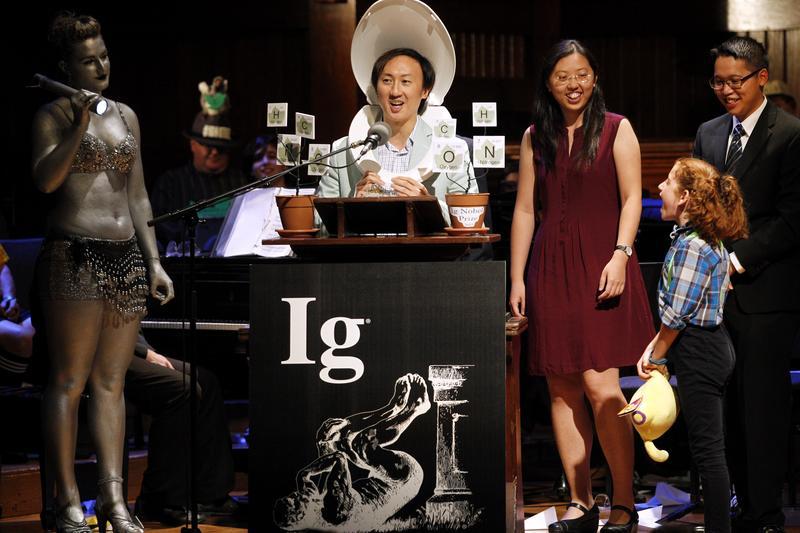 楊佩良(右三)研究哺乳類尿尿時間的研究在2015年得到搞笑諾貝爾獎,中間戴馬桶蓋的男子是她的指導授導胡立德(David Hu)。(東方IC)