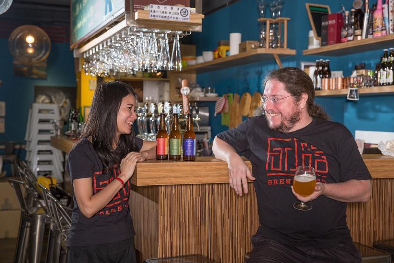 台灣女婿Cyril Momer(右)與太太施瑞瑄結婚10年,創立「福爾摩沙精釀啤酒」品牌。