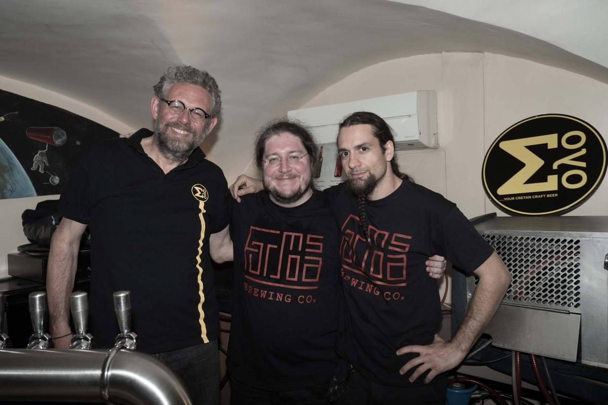 Cyril(中)決定創立品牌後,特別和合夥人Julien(右)向挪威精釀啤酒大師Kjetil Jikiun(左)拜師學藝。(施瑞瑄提供)