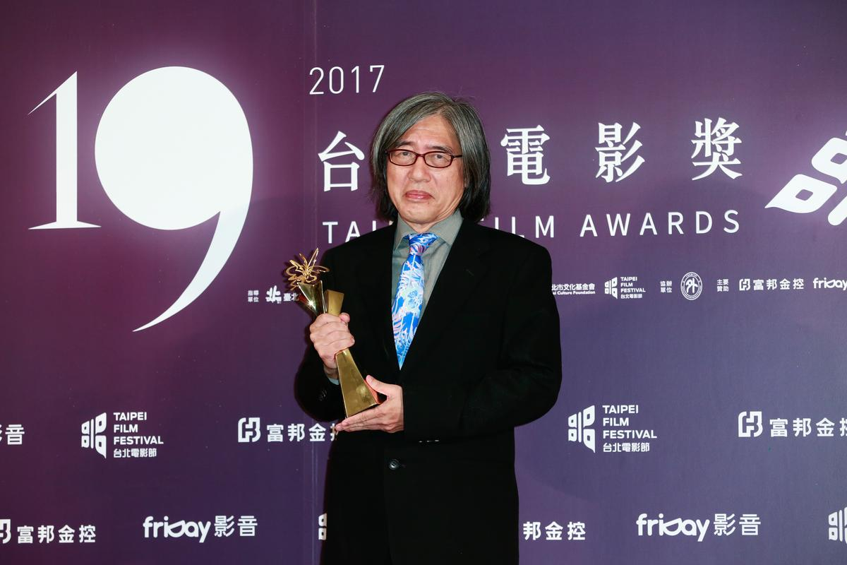詹宏志從台北市長柯文哲手中得到楊士琪卓越貢獻獎,獎勵他在台灣新電影運動的付出。
