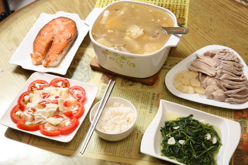 葛媽媽的午餐很家常,雖然只是和老公兩人吃,她還是忍不住雕花做擺盤。
