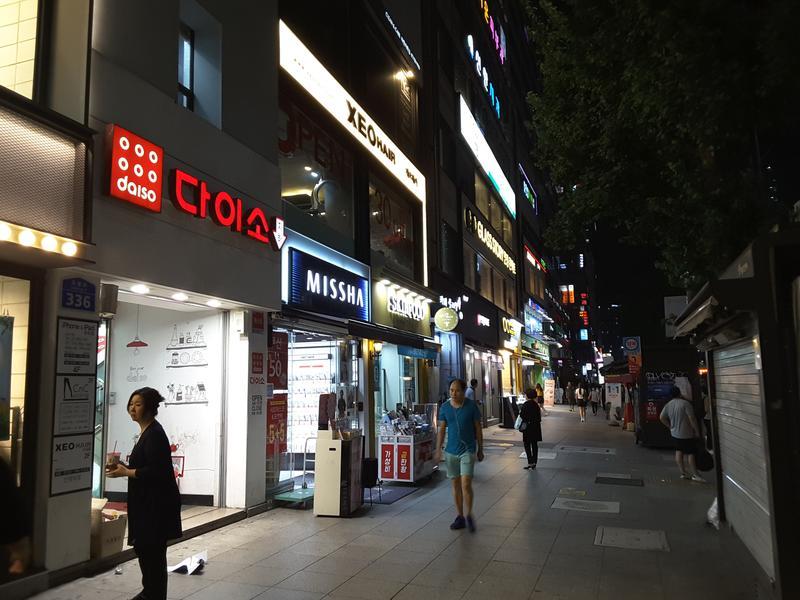 連鎖店占據首爾,提供民眾快速便利的服務,卻也造成市容景象單調與零售業者生存困難的問題。