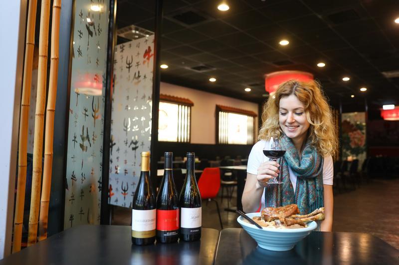 在台灣生活多年的匈牙利女孩邵凱婷(Kate),最喜歡用家鄉的紅酒配台灣牛肉麵,推薦大家都來試試看。
