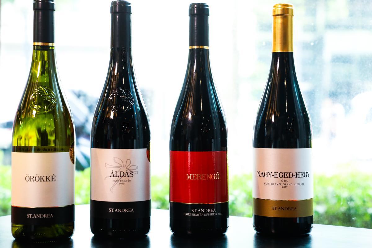 (由右至左)St. Andrea酒莊的NAGY-EGED-HEGY Bikaver 2011(偉大之丘頂級公牛血)、MERENGŐ Bull's Blood Superior 2011(沉思超級公牛血)、ÁLDÁS Egri Bikavér 2012(恩典埃格爾公牛血)、ÖRÖKKÉ 2013(永恆白酒),各有適合搭配的牛肉麵口味。
