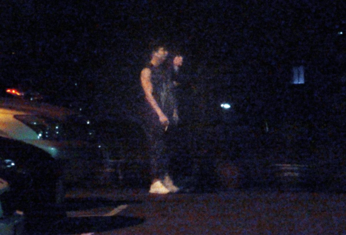 02:06 把車停妥後,小煜和張景嵐結伴走進社區內,一路上有說有笑,據了解,這裡正是張景嵐家。