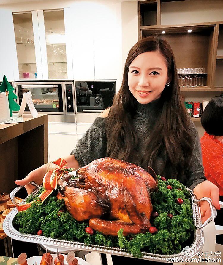 李靚蕾籌備耶誕趴,還親自下廚烤火雞,被王力宏稱讚是「Superwife/mom/woman」。(翻攝自王力宏微博)