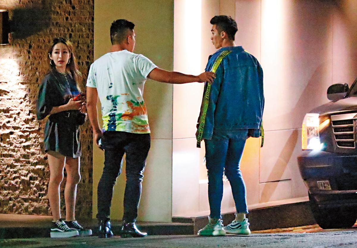 7月12日,22:48,蕭亞軒(左)跟友人們聚會,結束後蕭亞軒先走了出來。