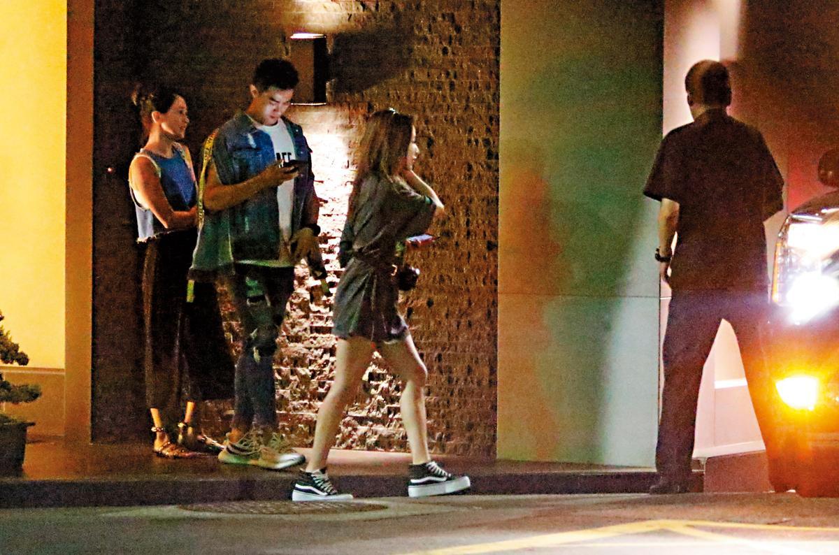 7月12日,22:49,李晶晶(左)跟這名嫩男(中)明顯發展中,據查,這名嫩男名叫Victor,小她11歲左右。右為蕭亞軒。