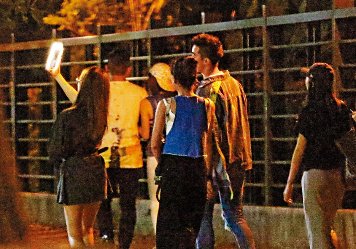 7月12日,22:53,李晶晶忙著跟Victor自拍,拍完才跟其他人拍,明顯差別待遇。