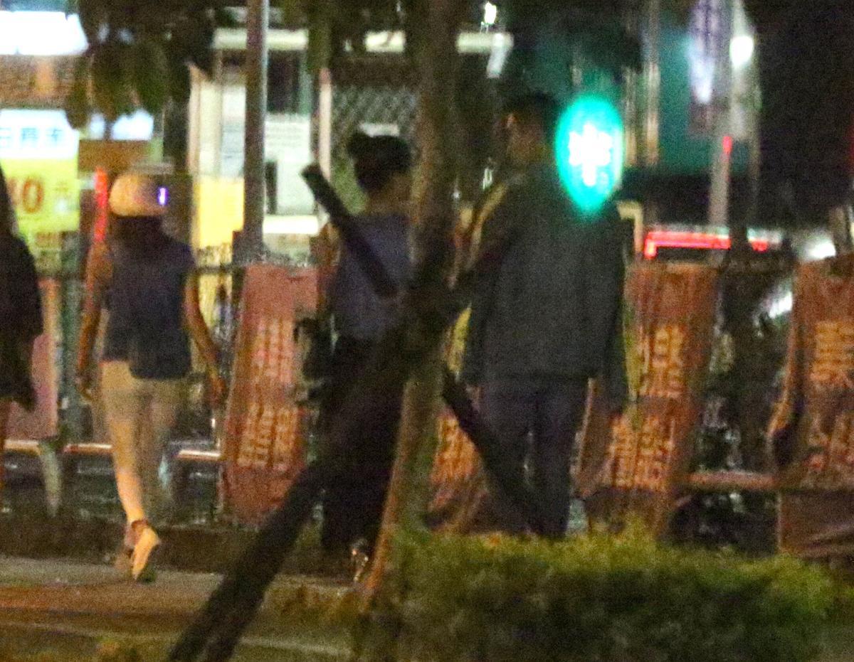 7月12日,23:04,果然,李晶晶(中)後來跟Victor(右)告別友人之後,私人續攤,消失在台北市的夜色之中。