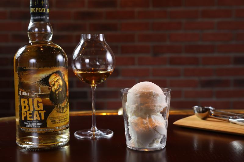 威士忌搭冰淇淋,到底有多解渴?瞧瞧泥煤哥的表情就知道。