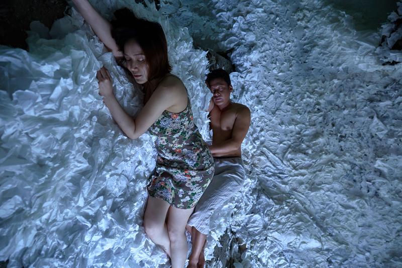 李康生與尹馨在戲中有人魚之間的魔幻親熱。(張鍾元攝,HTC提供)