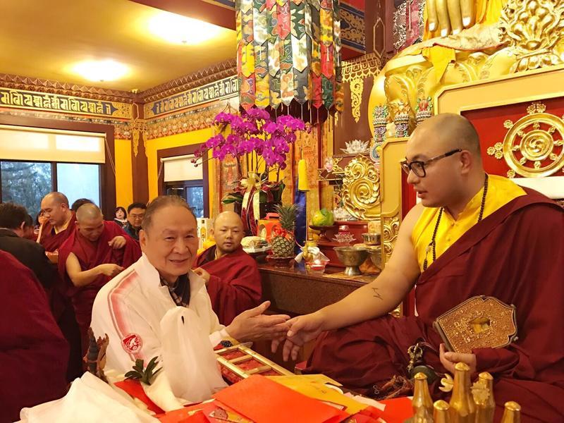 吳清友是藏傳佛教信徒,其中又與卡魯仁波切(右)的因緣最深,卡魯仁波切特別在吳第一次心臟手術前一日為他祈福。(翻攝自中華兩岸健康促進建築環境策進會)