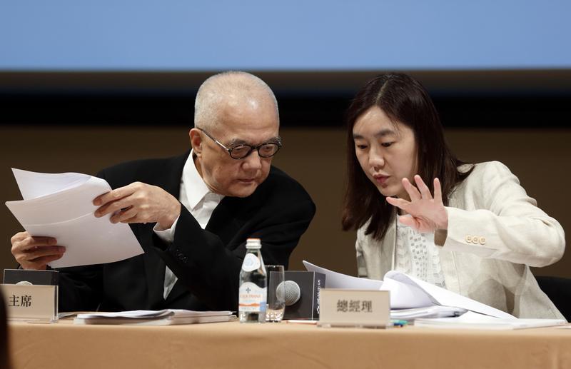 吳清友(左)近年啟動接班計劃,將誠品陸續交由女兒吳旻潔(右)經營。